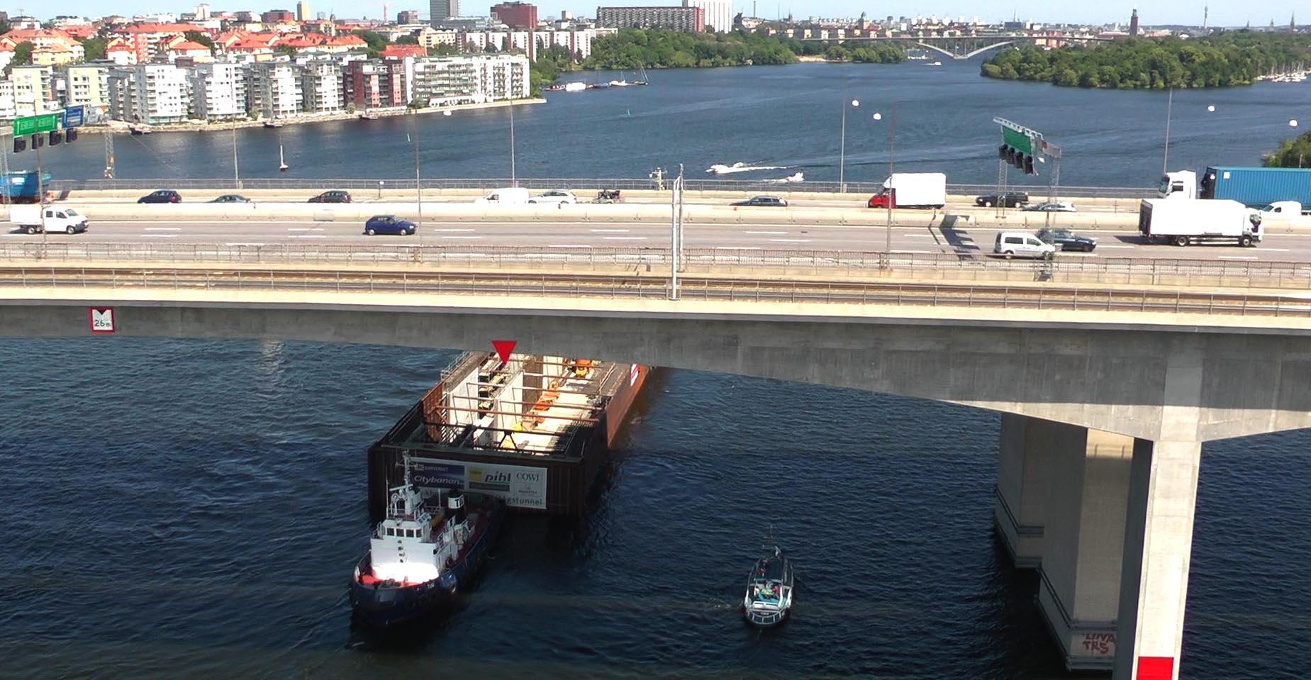 Flygfoto av transport av tunnelelement till Citytunneln
