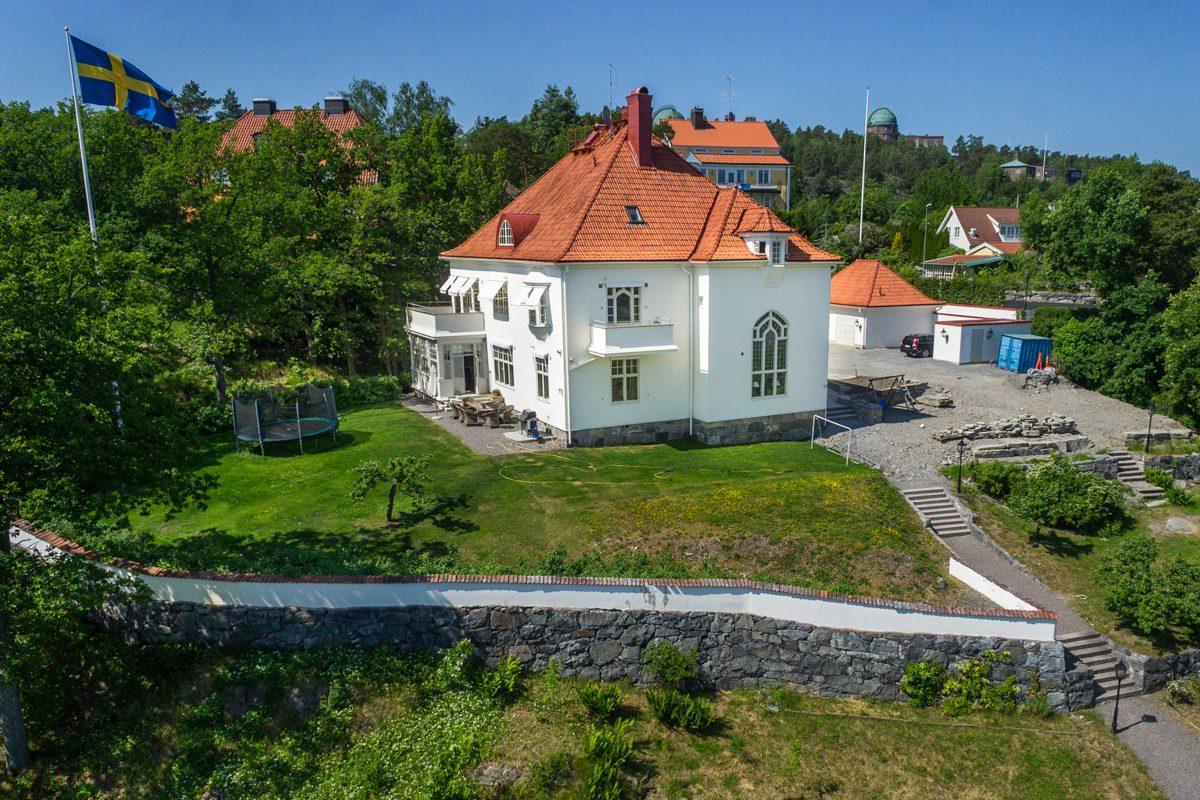 Drönarfoto av villa i Saltsjöbaden