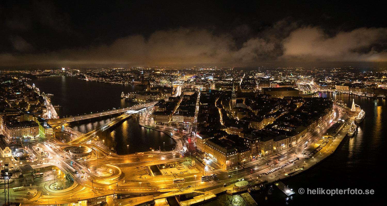 Flygfoto över Slussen och Gamla stan, Stockholm,  på natten