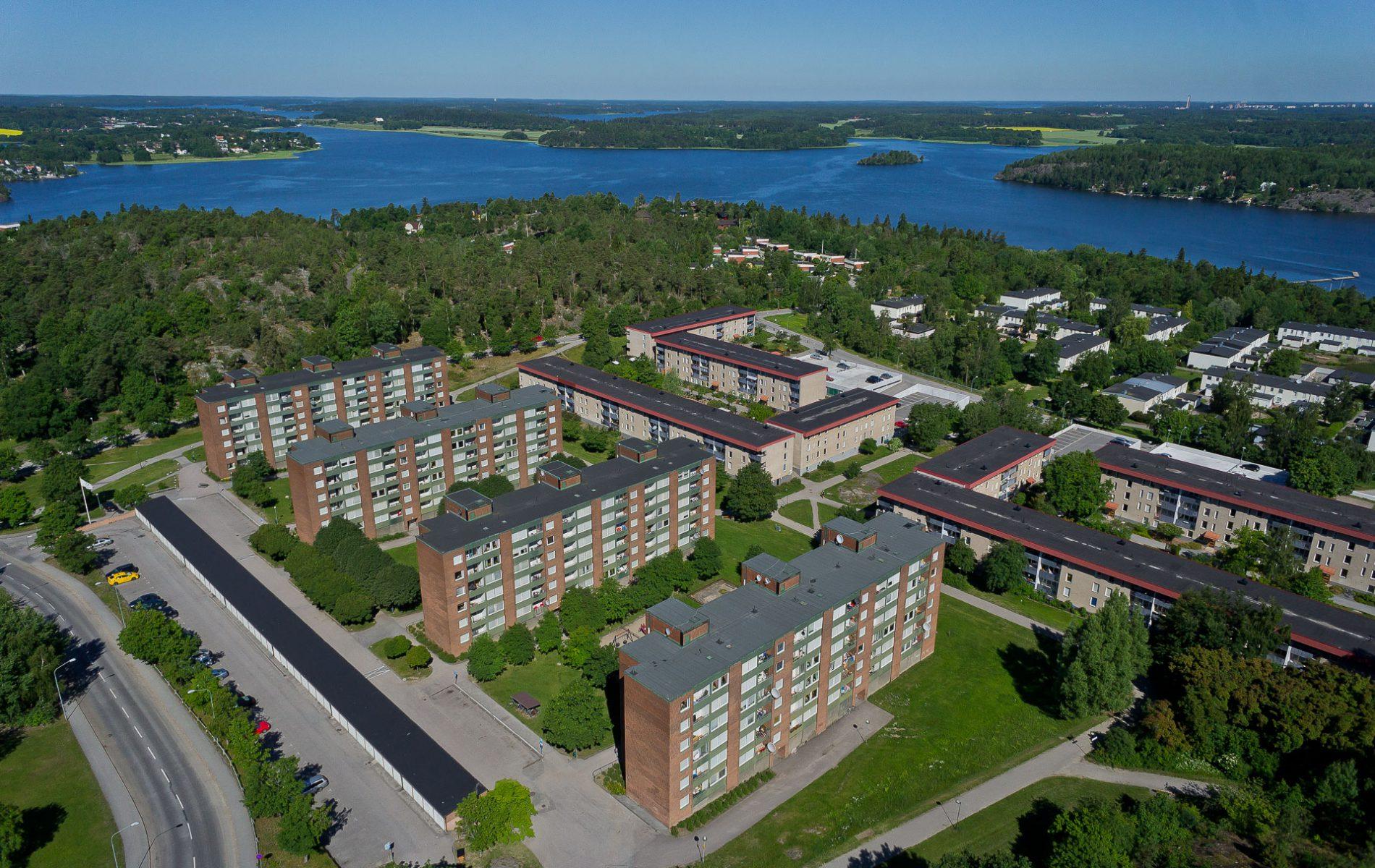 Flygbild av flerbostadshus i Vårberg, Stockholm