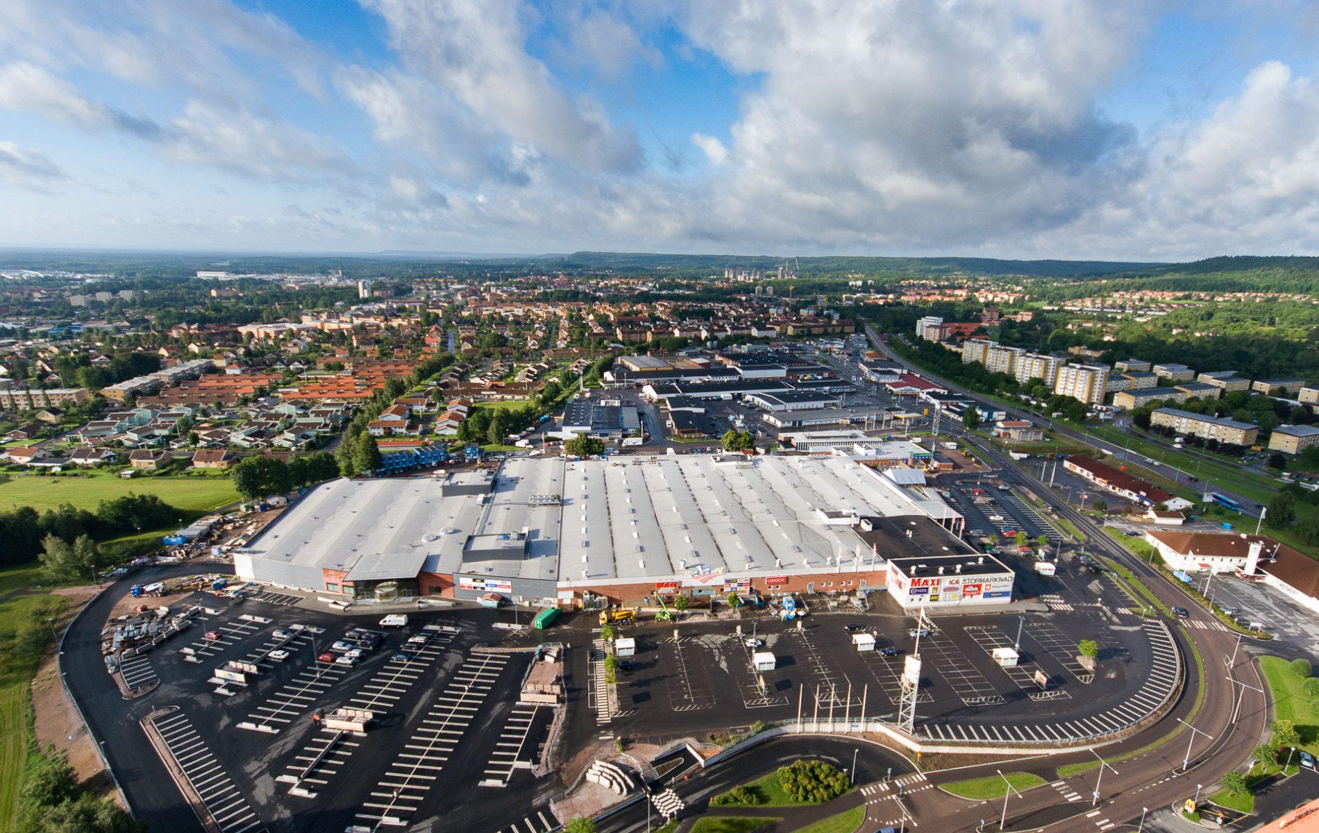 Flygbild av stormarknad & handelsplats