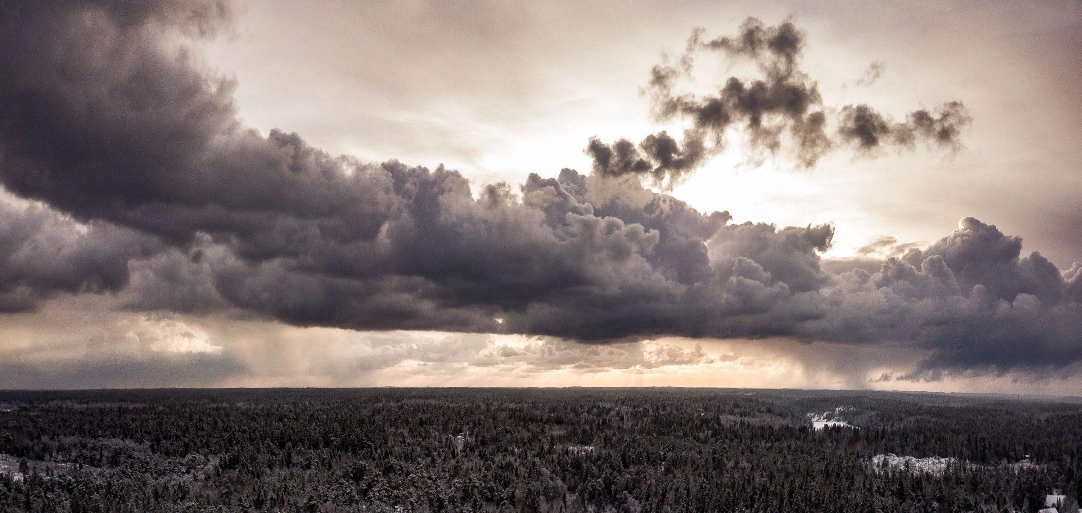 Flygfoto från drönare av dramatisk himel
