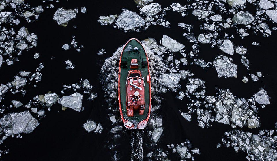Lotsbåt, foto från drönare