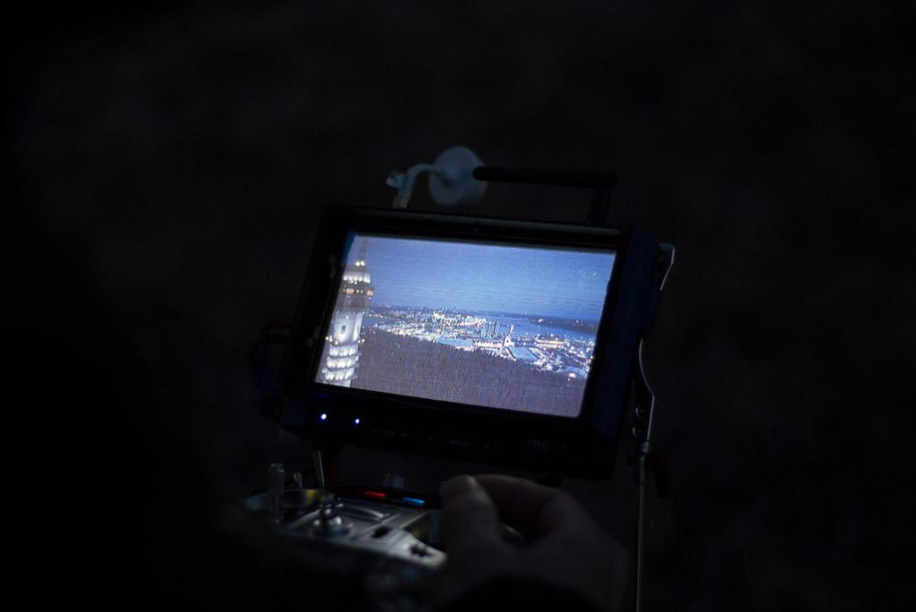 Drönare med proffskamera filmar Kaknästornet