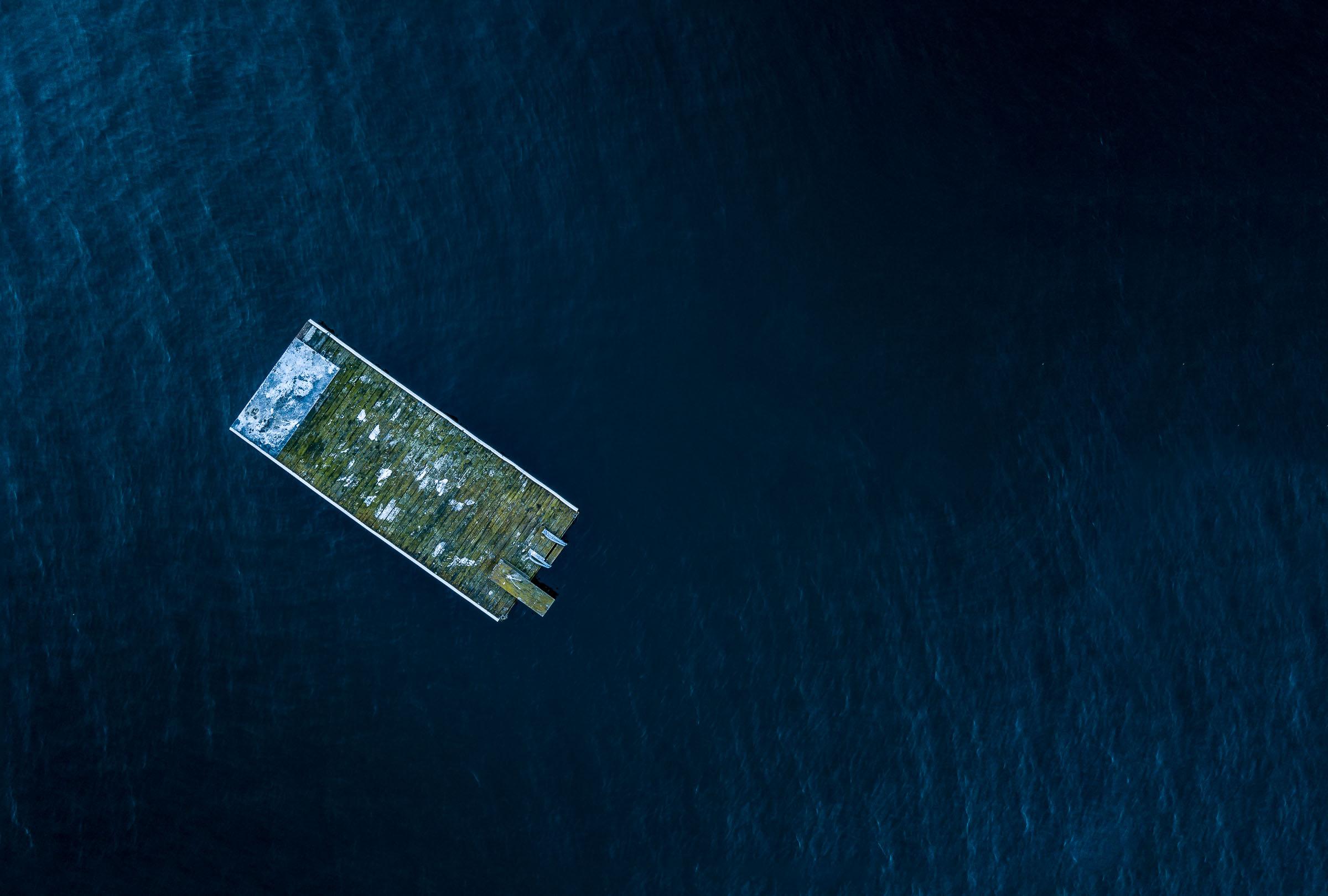 Flygfoto från drönare av badflotte i vatten