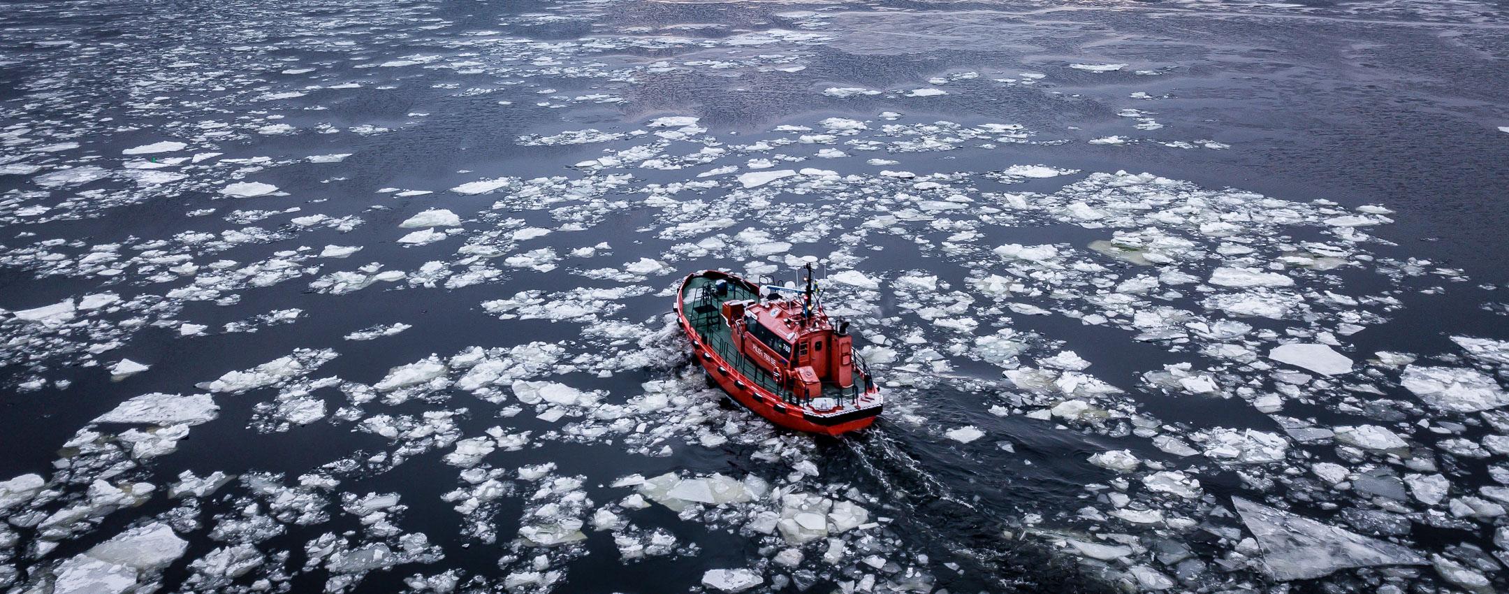 Drönarfoto av lotsbåt
