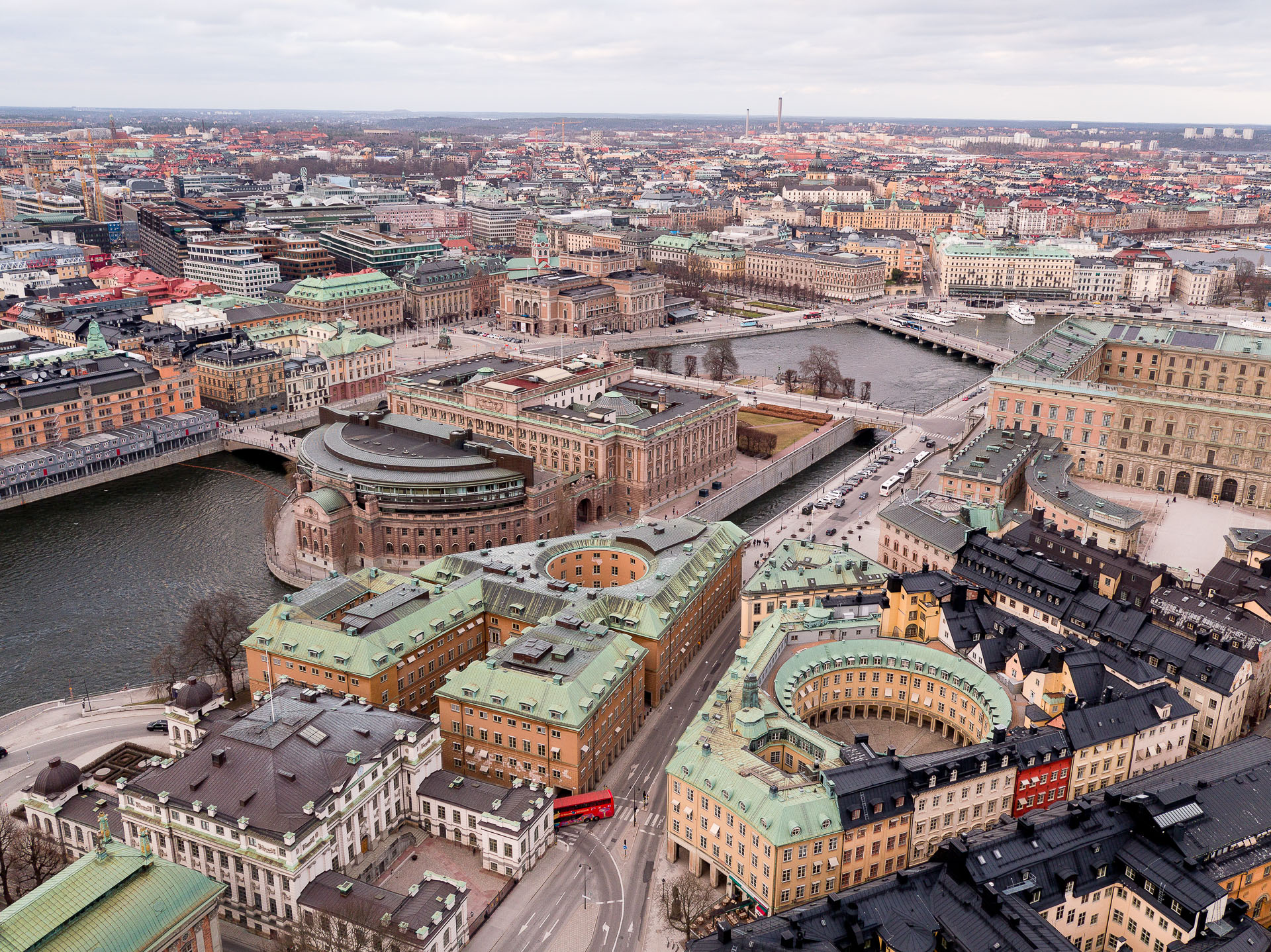 Drönarfoto av Sveriges riksdag och kvarteret Cephalus